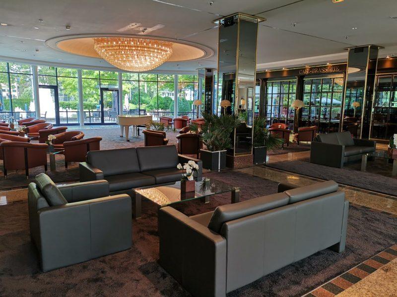 """Die Lobby mit Piano zwischen Pianobar und dem Restaurant """"Rôtisserie"""""""