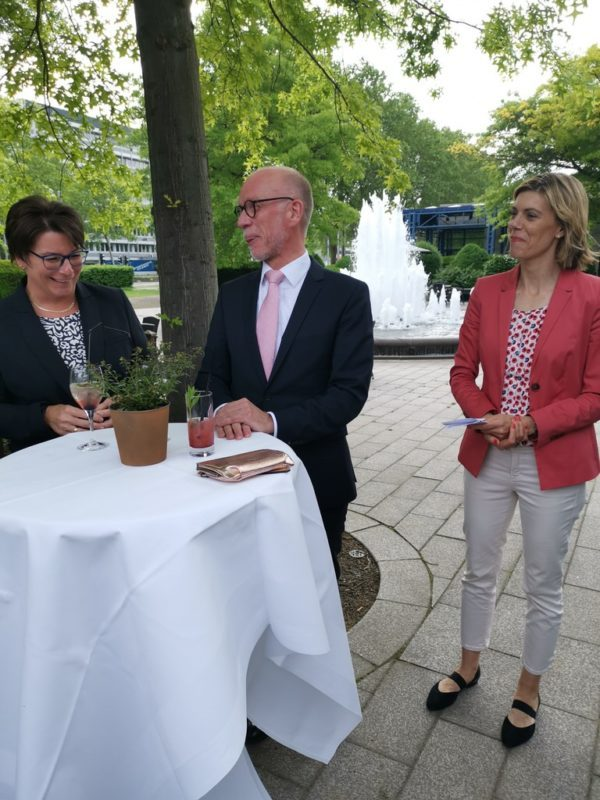 Hoteldirektor Henrik Große-Perdekamp bei der Begrüßung, zusammen mit seiner Stellvertreterin Silke Krämer (links) und der Direktorin Public Relations der Maritim Hotels Harriet Eversmeyer