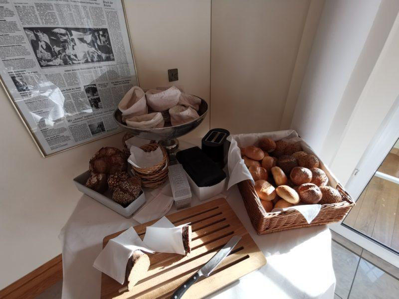 Brot und Brötchenauswahl zum Frühstück