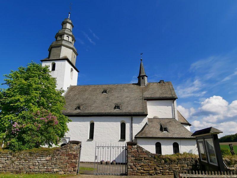 Die St. Peter und Paul Kirche in Wormbach vom Parkplatz her kommend