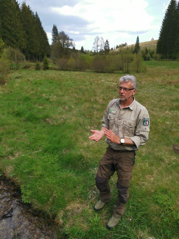 Rothaarsteig Ranger Ralf Schmidt bei seinen spannenden Erklärungen