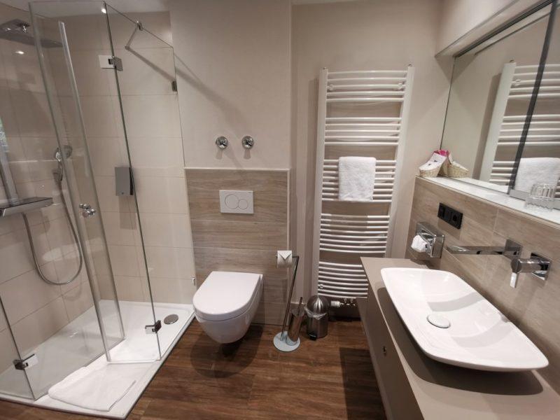Das Bad in meinem Zimmer - herrlich geräumig und schick