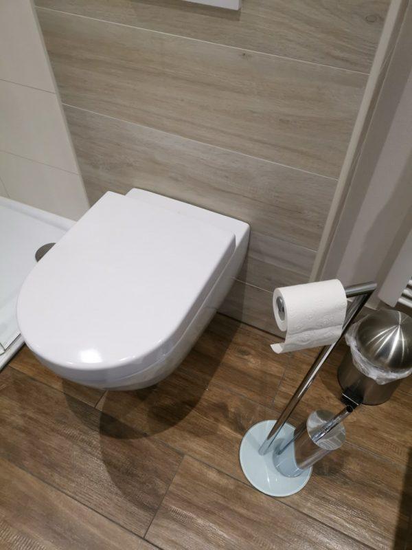 Toilettenpapierständer, den man vor sich platzieren kann