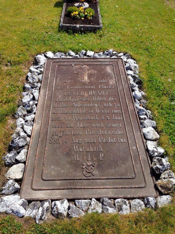 Grab von Pfarrer Peter Hundt auf dem Friedhof Wormbach