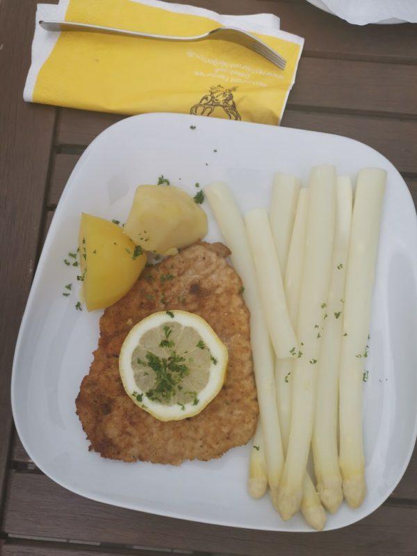 """Stangenspargel (250 g) mit Bratkartoffeln und """"Schnitzelchen"""""""