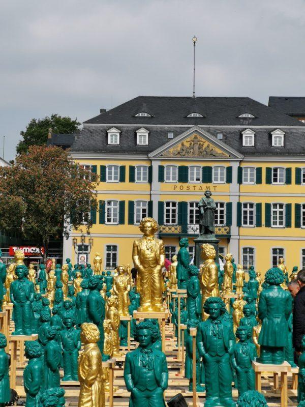 Eine Menge der Beethovens von Ottmar Hörl auf dem Münsterplatz