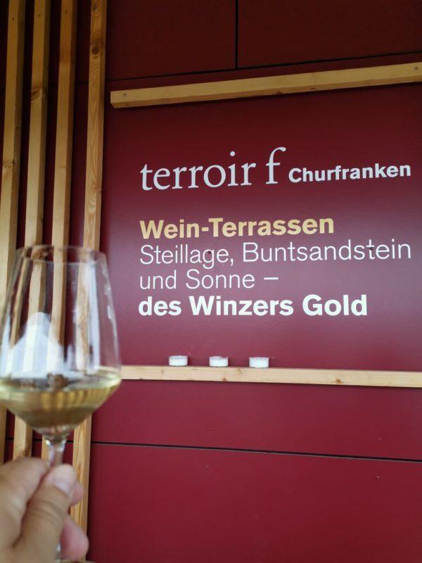 Ein Glas Sommerwein auf dem terroir f Churfranken