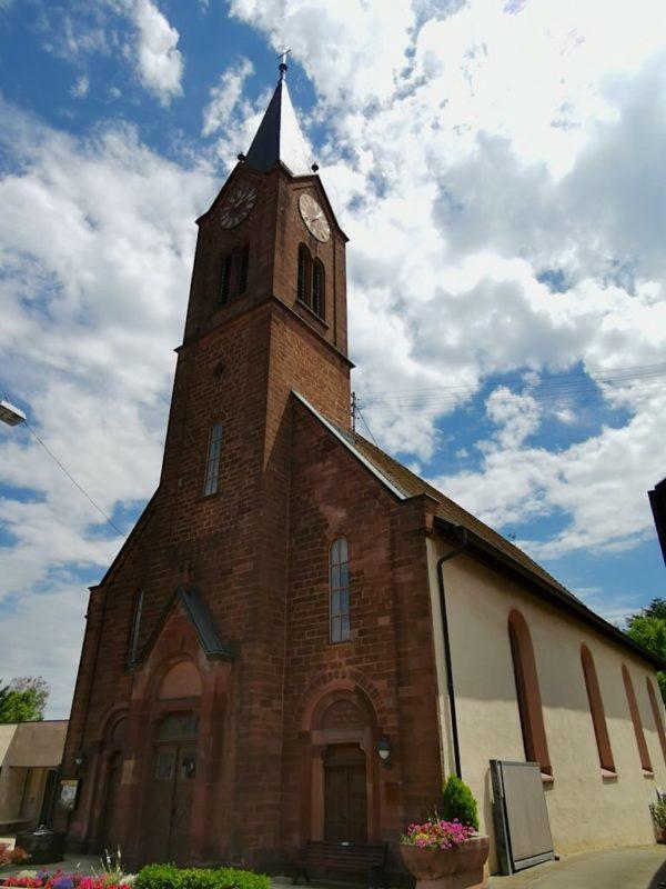 Evangelische Kirche in Bötzingen mit schönem roten Sandstein