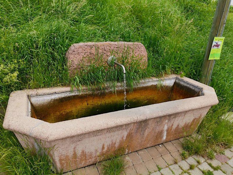 Brunnen neben dem Unterflurhydranten der Feuerwehr