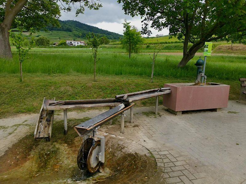 Brunnen, der den Schambach-Erlebnispfad einläutet
