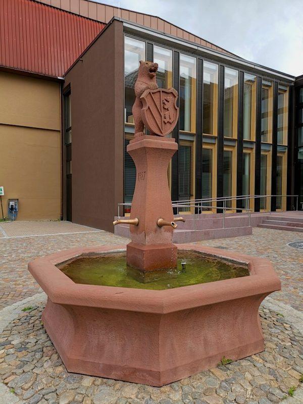 Brunnen am Rathaus - alle 2 Jahre fliesst da beim Dorf- und Weinfest Wein statt Wasser