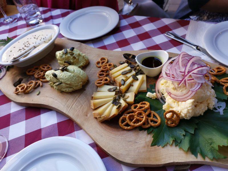 Grupfter, Bergkäse, Quark mit Kürbiskernöl sowie Kochkäs in der Häckerwirtschaft Stich Bürgstadt