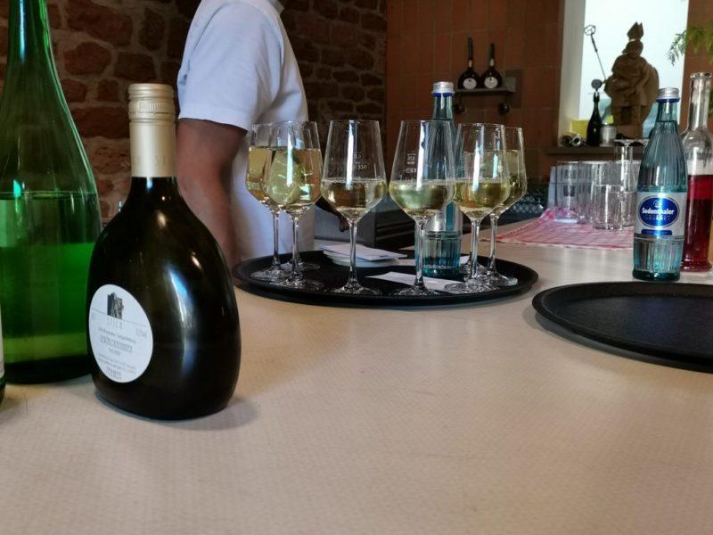 Ein Tablett voll Weißwein in der Häckerwirtschaft Stich in Bürgstadt