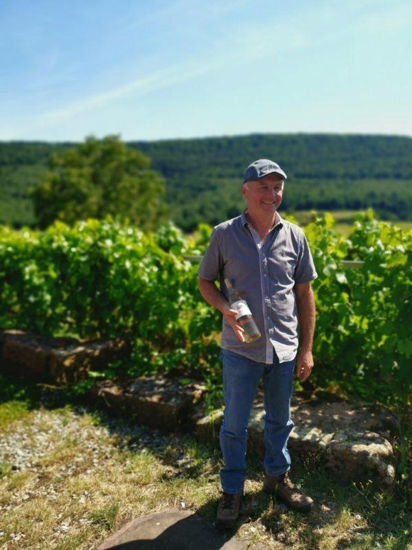 Burkhard Hench mit seinem Weingartensommer Wein