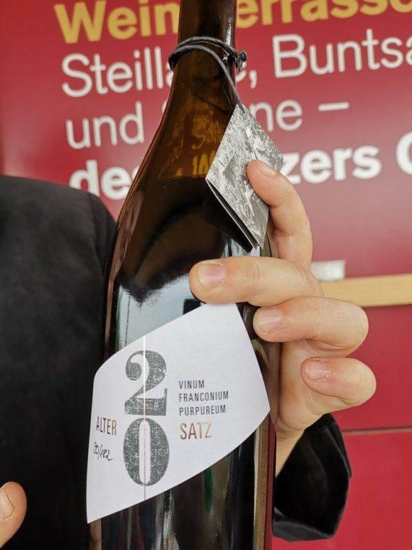 Eine Flasche Alter Satz aus dem Museumsweinberg mit 20 Sorten wein