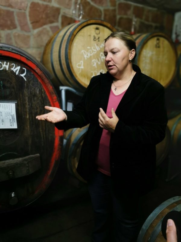 Anja Stritzinger vom Bio Weingut Stritzinger in ihrem Keller in Klingenberg