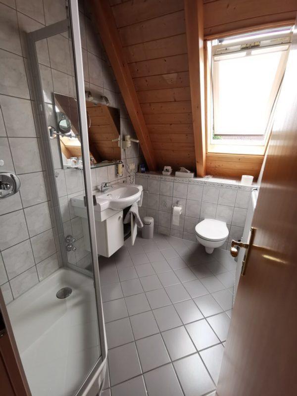 Bad mit Dusche und WC im Adler Landhotel Bürgstadt