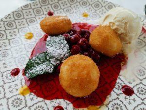 Dessert: Eis, Kirschen und Quarkbällchen (?)