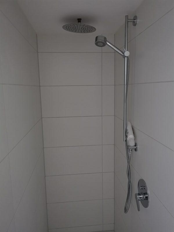 Dusche mit großem Regenduschkopf und Handbrause