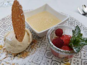 Dessert: Eis, Früchte und Creme