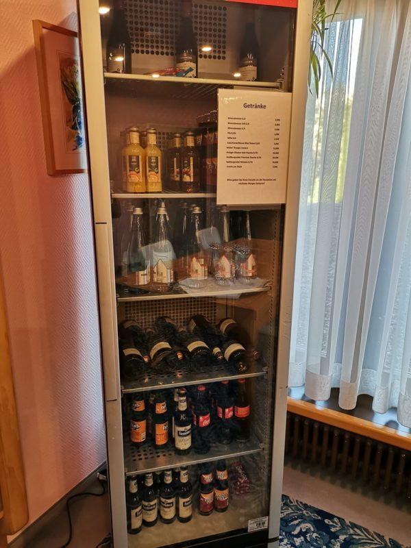 Anstelle einer Minibar ein großer Kühlschrank für alle Gäste im 1. Stock des Hotels