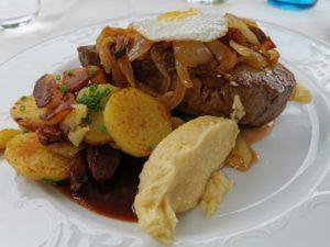 Hauptspeise: Rostbraten mit Bratkartoffeln (und versteckt Spinat)