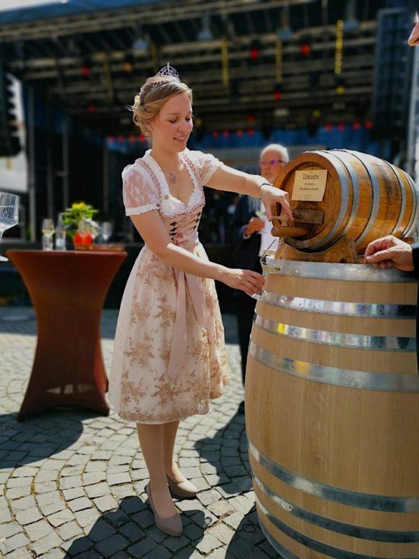 Die scheidende Weinprinzessin Katrin Schmidt schenkt den Festwein aus