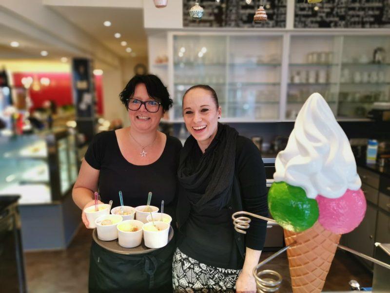 Lena Kirchgessner mit Mitarbeiterin mit dem uns gleich servierten Eis