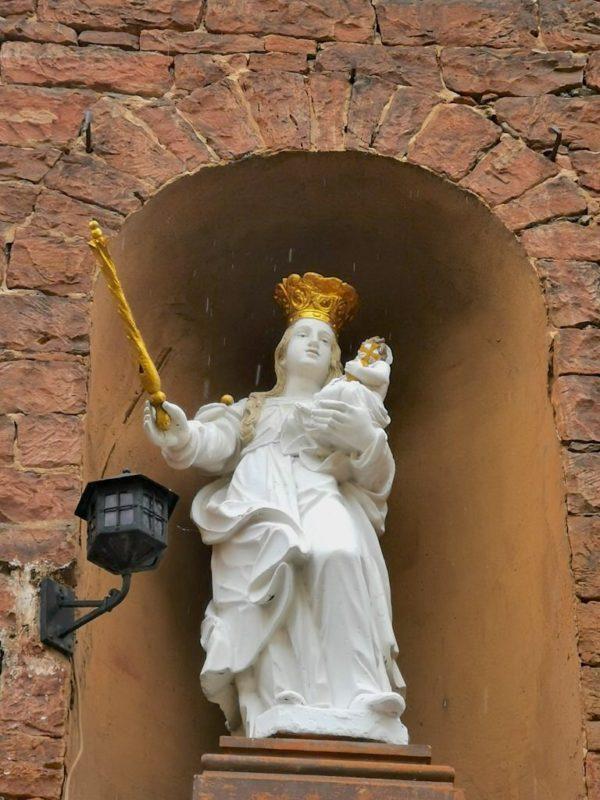 Eine Statue in einem Haus unterwegs