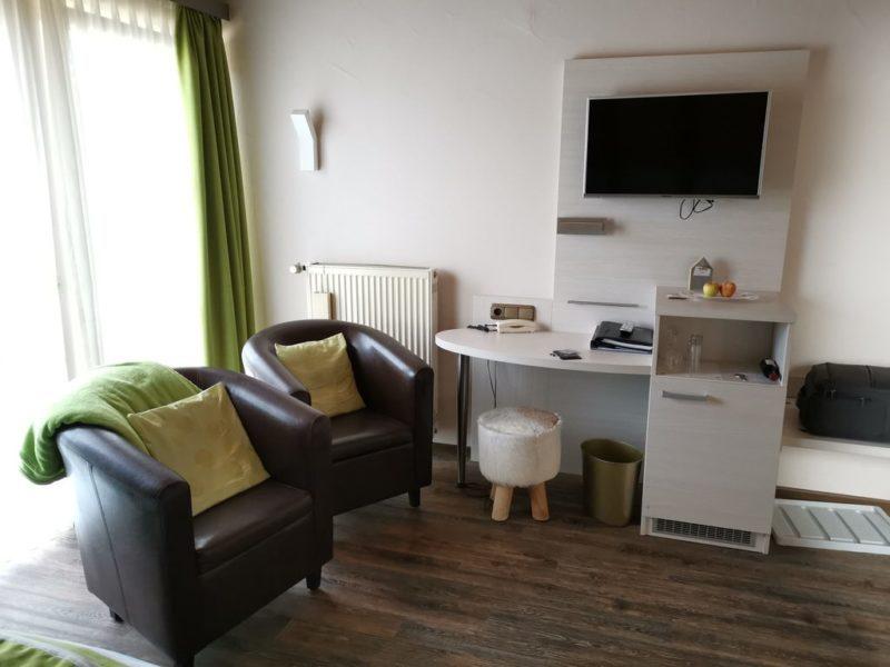 Schreibtisch, TV und Sitzmöglichkeiten im Adler Landhotel Bürgstadt
