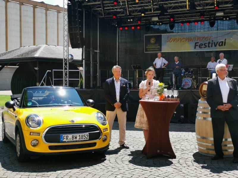 Weinprinzessin Katrin Schmidt eröffnet den Sonntag auf dem Sonnenwinzerfestival feierlich