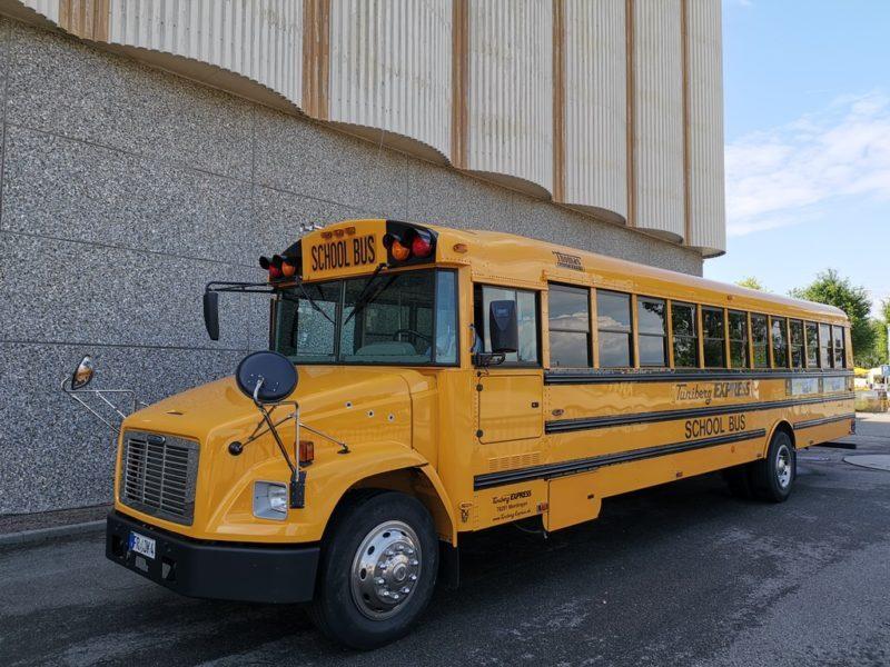 Amerikanischer Schulbus als Shuttle zum Gelände des Sonnenwinzerfestivals in Breisach