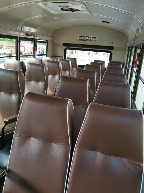 Schicke bequeme Sitze im Schulbus