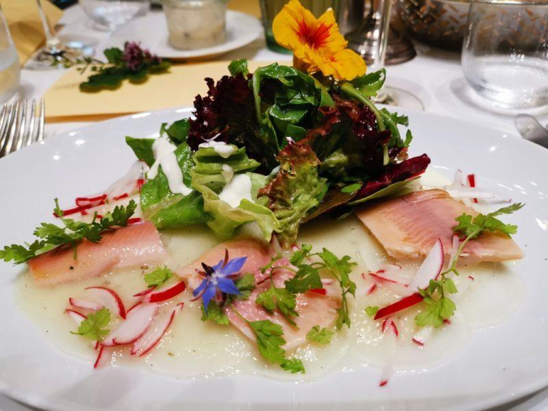 Rettichcarpaccio mit Odenwälder Rauchforelle und Sommersalat im Weinhaus Stern Bürgstadt
