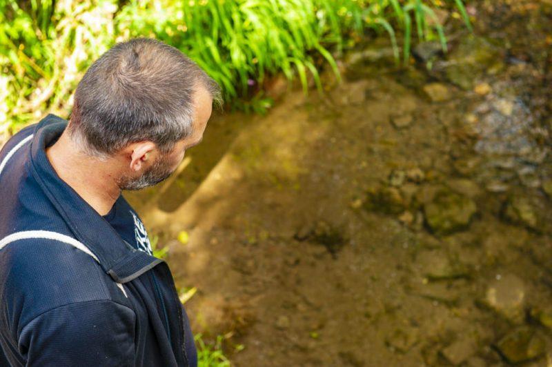 Achtsam dem Wasser lauschen. Erst auf der Brücke, dann unten für mich (Foto: I. Jansen, Kulturland Kreis Höxter)
