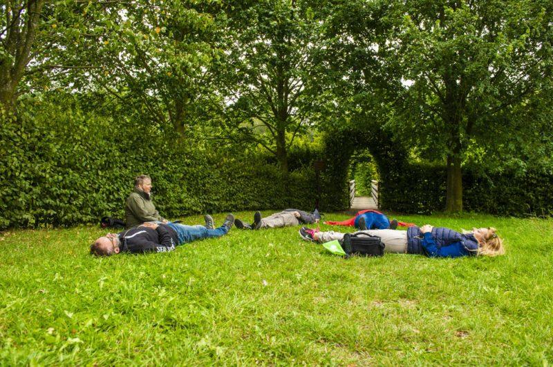 Da liegen wir nun und fühlen nacheinander in jedes Körperteil hinein (Foto: I. Jansen, Kulturland Kreis Höxter)