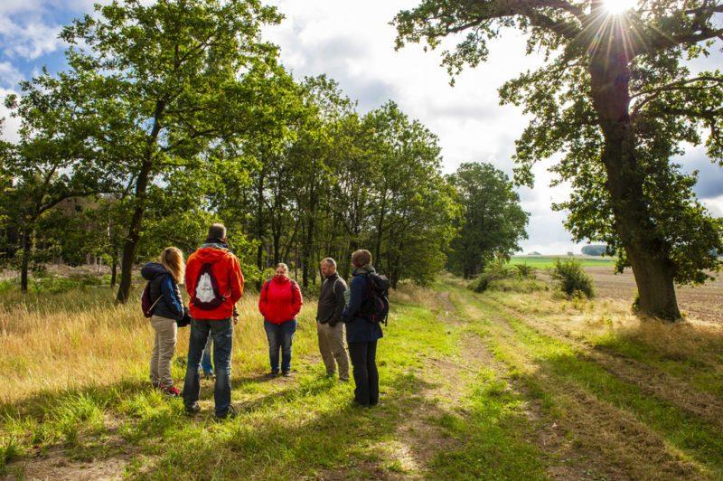 Sonne und Wolken beim Treffen am Startort unserer Wanderung mit Anke Holz (Foto: I. Jansen, Kulturland Kreis Höxter)
