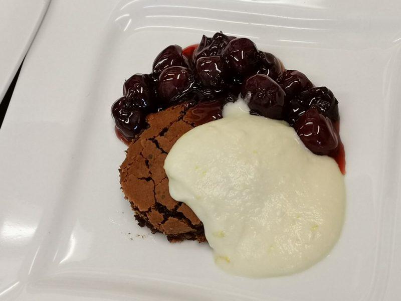 Brownie mit weißer Schokoladencreme und flambierten Kirschen