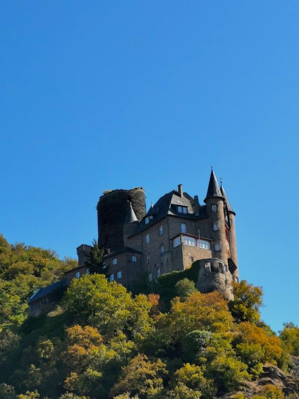 Die Burg Katz thront über St. Goarshausen