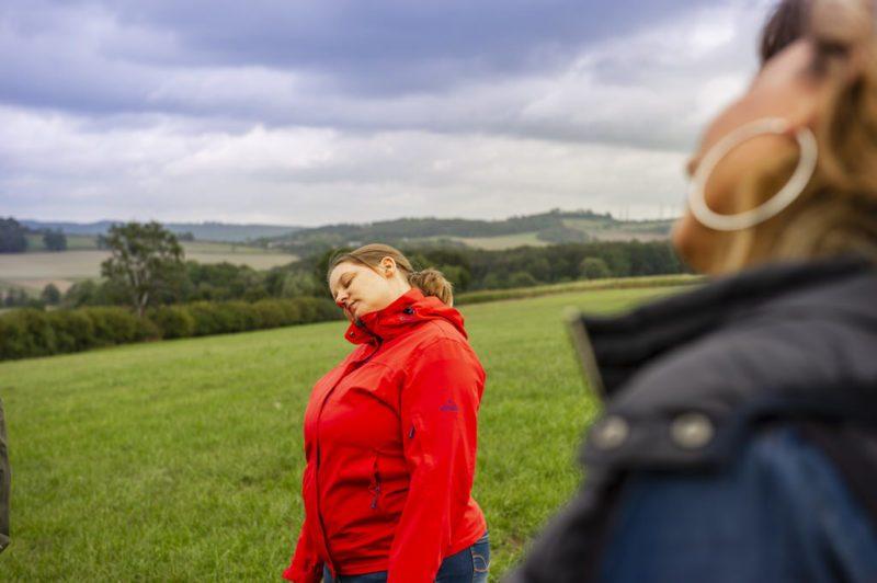Sandra Lorenz aka diecheckerin bzw. Frau Achtsamkeit bei dieser Übung (Foto: I. Jansen, Kulturland Kreis Höxter)
