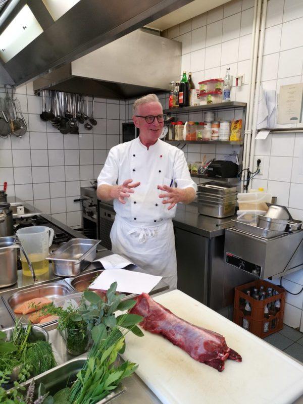 Erkläraction von Franz-Josef Ikenmeyer beim Kochkurs in seiner Küche