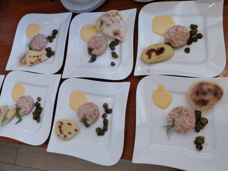 Von mir komplett (nach Anweisung) angerichtet: Lachs-Tatar mit frittierten Kapern, Aioli und Pfannen-Gewürzbrot