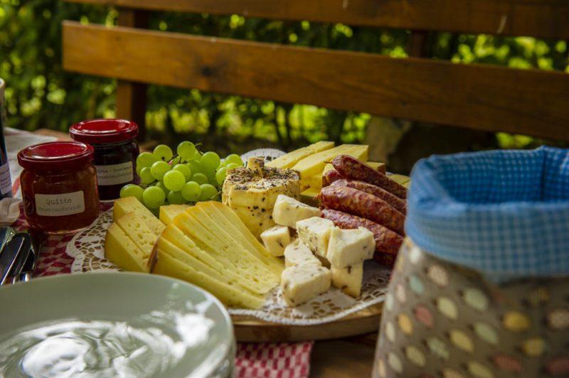 Unser anschließendes Picknick im Kulturland Kreis Höxter, zusammengestellt vom Hofladen Futterkrippe Steinheim Hagedorn (Foto: I. Jansen, Kulturland Kreis Höxter)