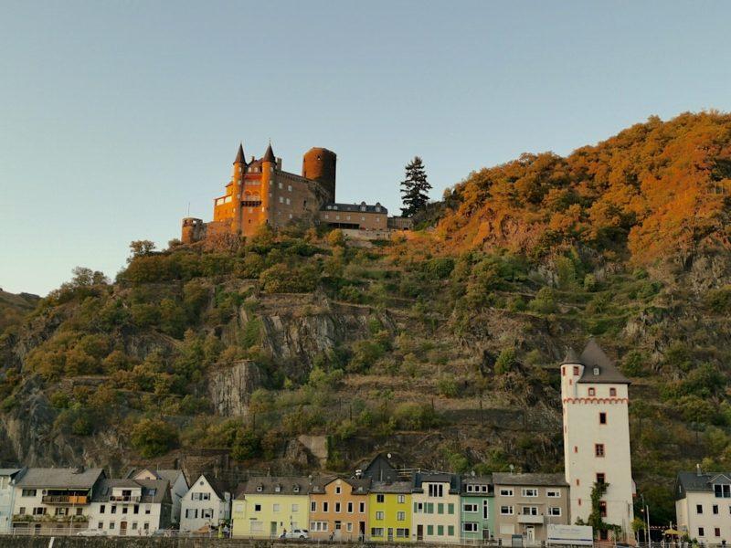 Die Burg Katz gerade noch im abendlichen Sonnnelicht