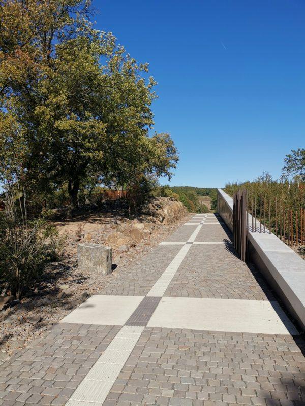 Die Hauptwege des Landschaftsparks Loreley sind barrierefrei zugänglich, andere meandern sich durch den Park