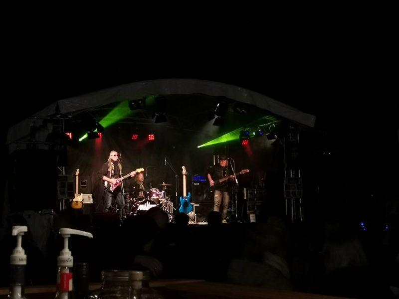 Die Band MALLET bei Rhein in Flammen 2019 in den Rheinanlagen St. Goarshausen