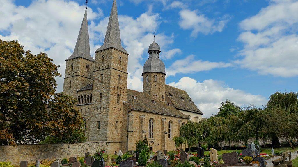 Die Pfarrkirche der Abtei Marienmünster mit Friedhof