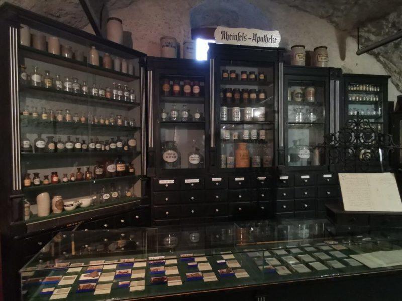 Apothekerschrank im Heimatmuseum auf der Burg Rheinfels Sankt Goar