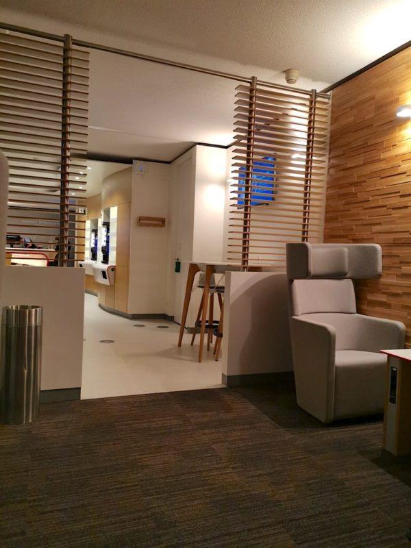 Blick vom hinteren Part der DB Lounge in Richtung der Kaffee- und Getränkeautomaten