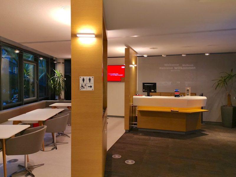 Blick auf den Empfangstresen von innen in der DB Lounge Stuttgart